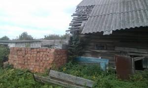 разваливающаяся пристройка к дому и несостоявшийся гараж предыдущих хозяевов